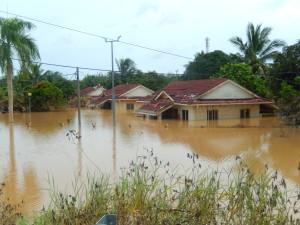 Die ersten Häuser die zur hälfte unter Wasser stehen